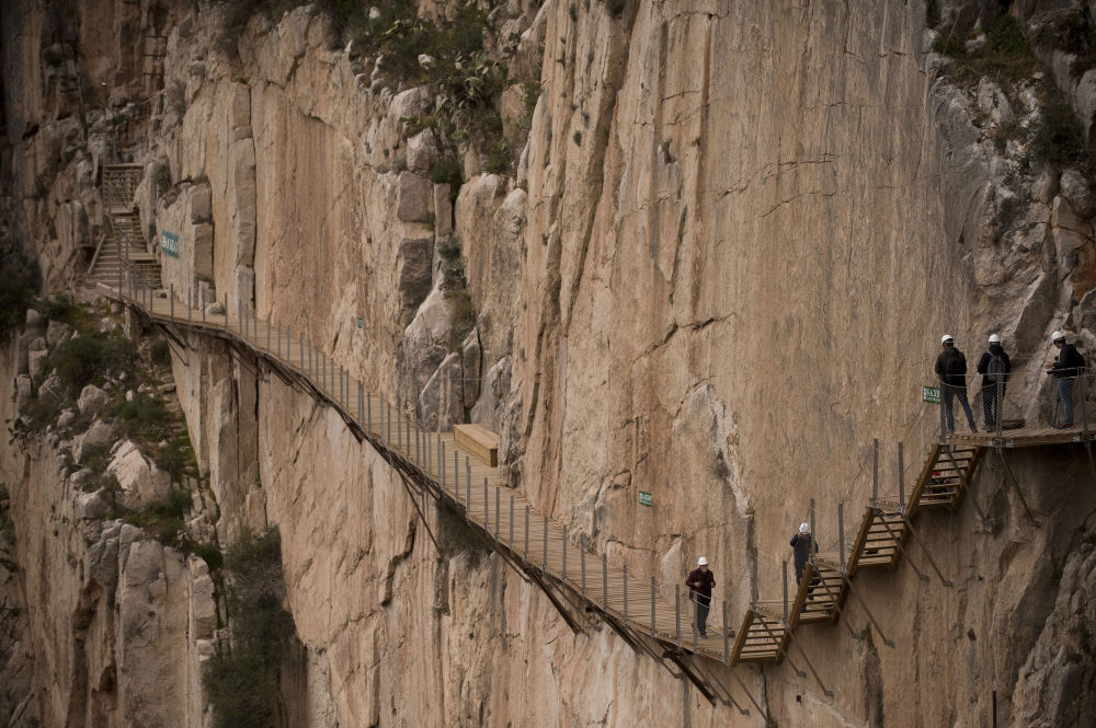 El Caminito del Rey - szlak pieszy ciągnący się wzdłuż stromych ścian wapiennego wąwozu w parku narodowym Desfiladero de los Gaitanes, nieopodal miejscowości El Chorro