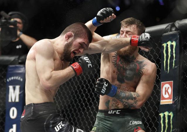 Rosyjski zawodnik sztuki walki  Khabib Nurmagomiedow walczy z Irlandczykiem Conorem McGregorem o tytuł mistrza UFC w wadze lekkiej