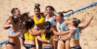 Drużyna kobiet w plażowej piłce ręcznej świętuje zwycięstwo podczas Młodzieżowych Igrzyskach Olimpijskich w Buenos Aires