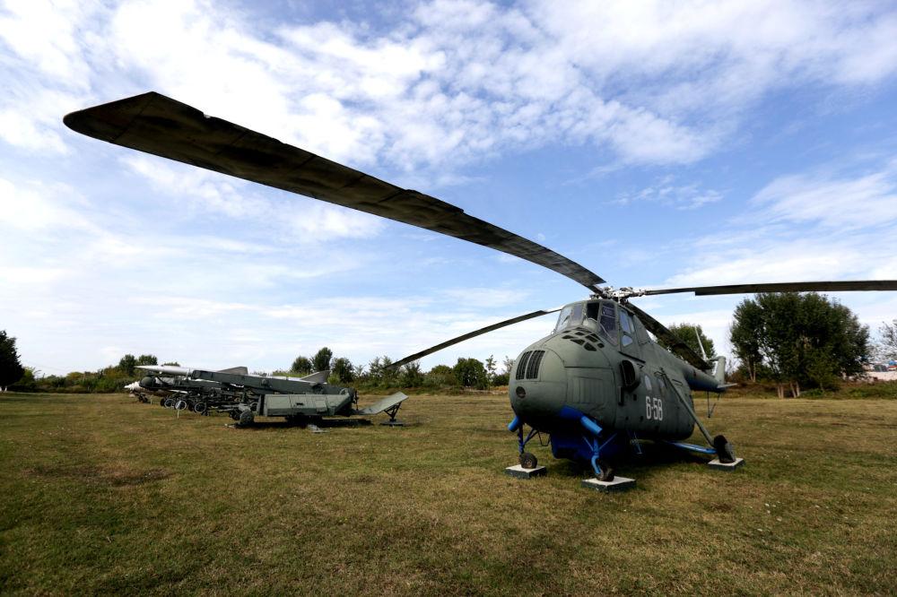 Śmigłowiec Mi-4 na lotnisku w mieście Kuçova, Albania