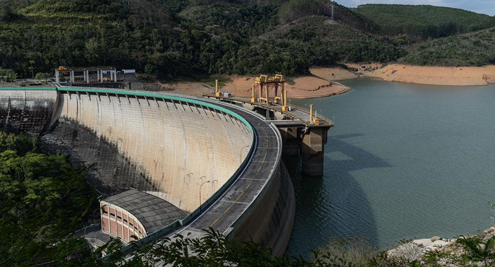 Niski poziom wody w zbiorniku w mieście Itaiatia, Brazylia. 2014 r.