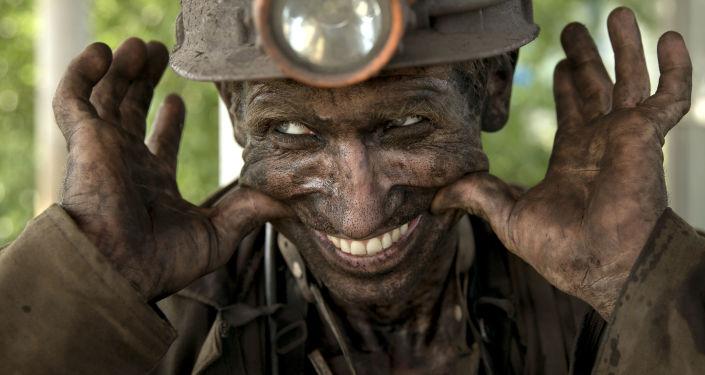 Doniecki górnik uśmiecha się po wyjściu z kopalni