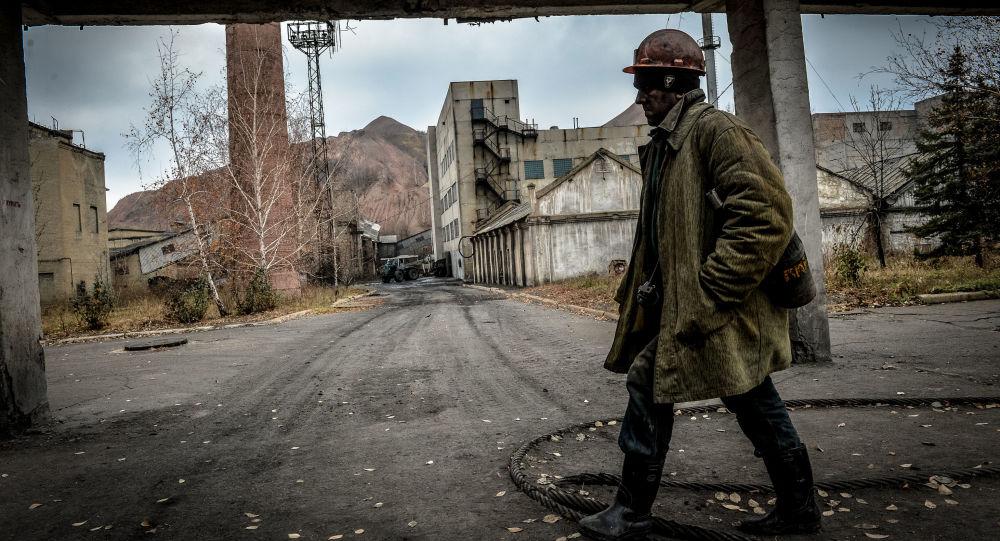 Górnik po nocnej zmianie w kopalni imienia Czeluskincew w Doniecku