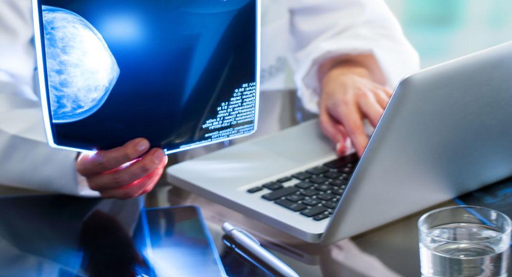 Lekarz analizuje wyniki mammografii