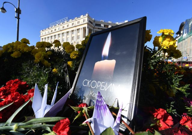 Kwiaty przy narodowym pomniku we Władywostoku w pamięci zabitych na kerczeńskiej uczelni, na której nastąpił wybuch i strzelanina