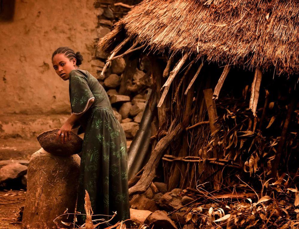 Młoda kobieta ze wsi w Etiopii