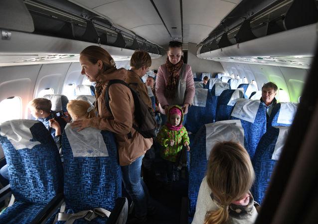 Przylot samolotu Tu-154M Iżma na lotnisko Tołmaczewo