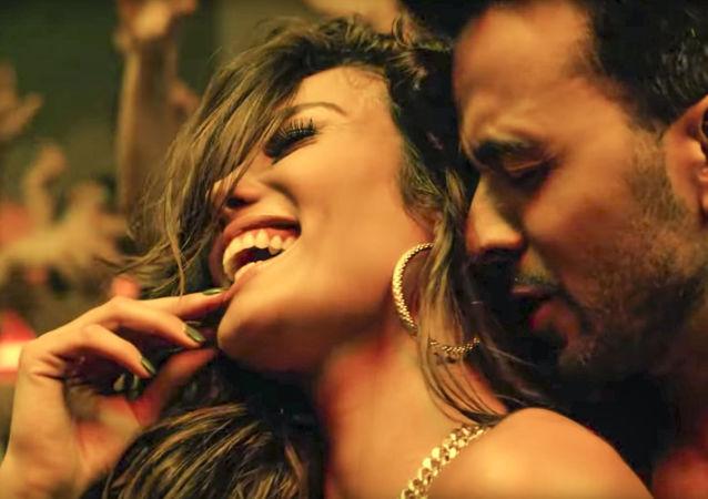 """Kadr z klipu """"Despacito"""" portorykańskiego piosenkarza Luisa Fonsiego"""
