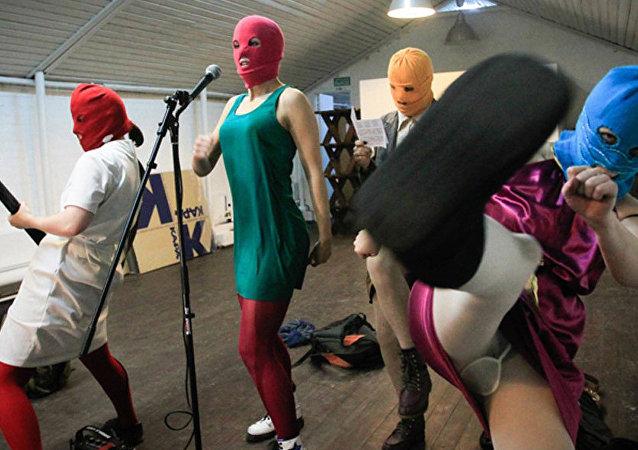 Kadry z filmu o historii Pussy Riot