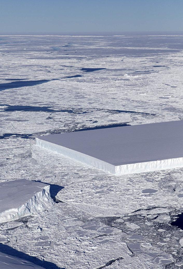 Prostokątny lodowiec znaleziony na Antarktydzie przez naukowców NASA