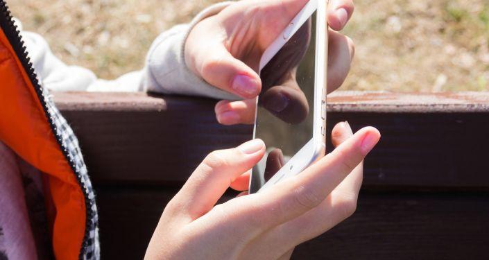 Smartfon w rękach dziewczyny