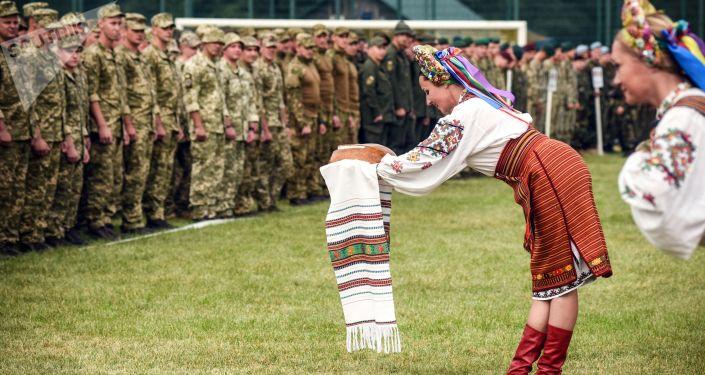 Ukrainki witają żołnierzy NATO chlebem i solą