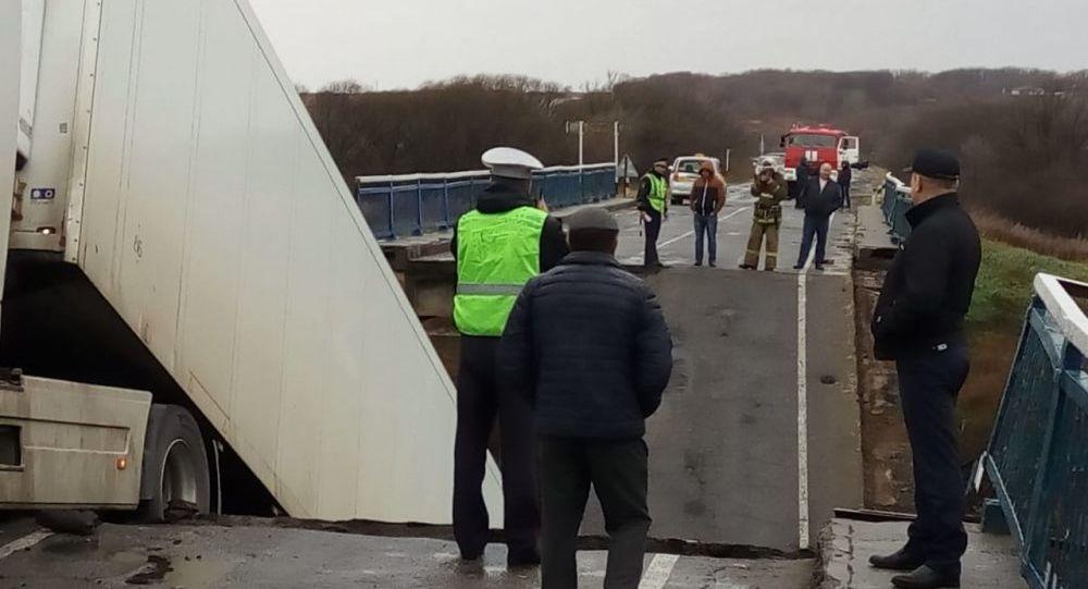 Zawalenie mostu pod ciężkim ładunkiem przez rzekę Osinowka w Kraju Nadmorskim