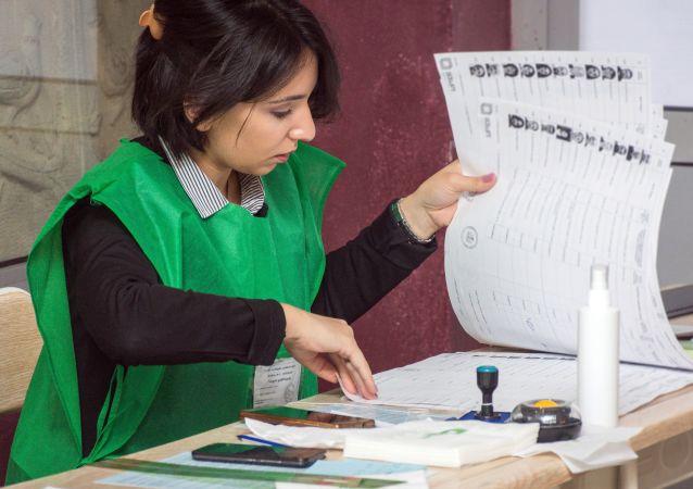 Pracownica jednego z lokali wyborczych w Tbilisi na wyborach prezydenckich w Gruzji