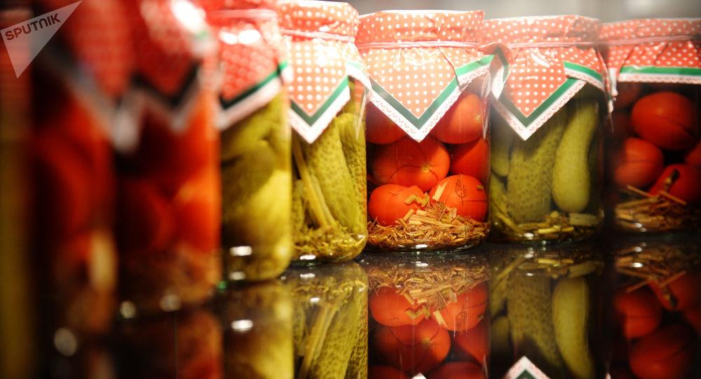 Słoiki z ogórkami i pomidorami