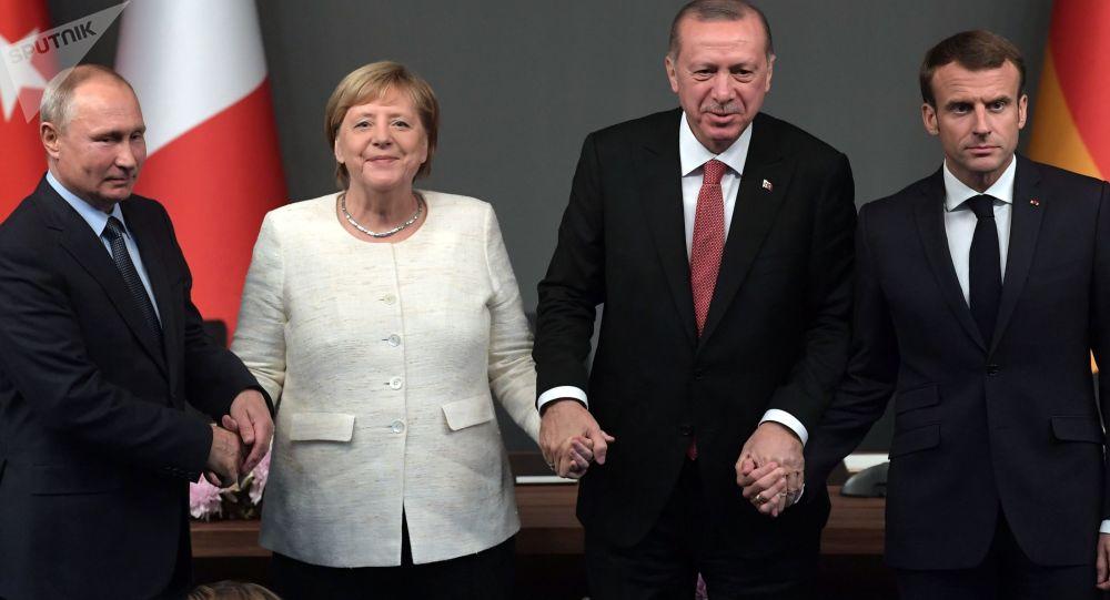 Władimir Putin, Angela Merkel, Tayyip Erdogan i Emmanuel Macron na szczycie ws. Syrii w Stambule