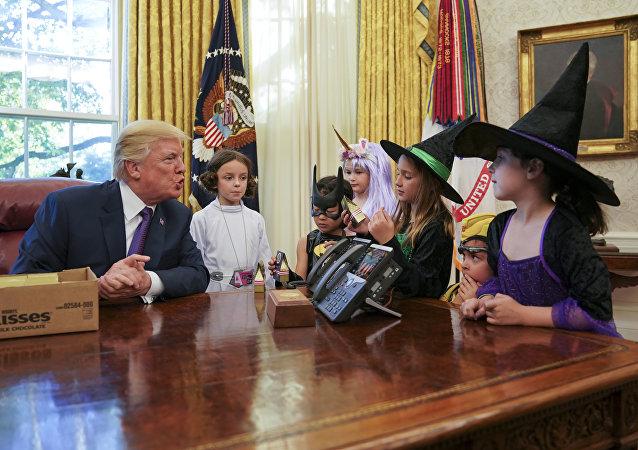 Dzieci w gabinecie Trumpa, cukierek albo psikus