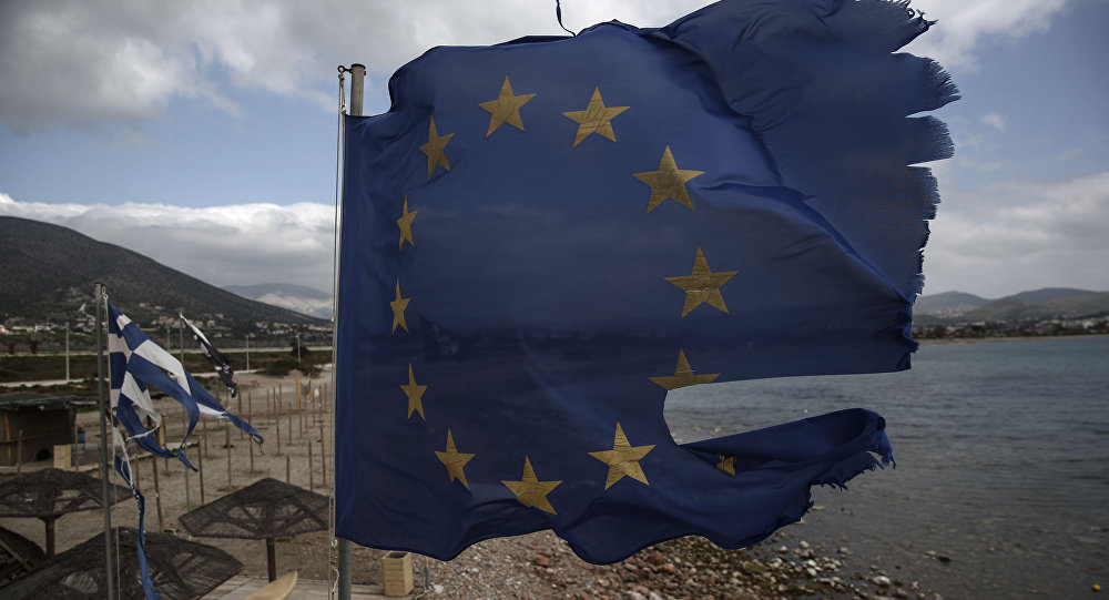 Flaga UE na plaży niedaleko Aten