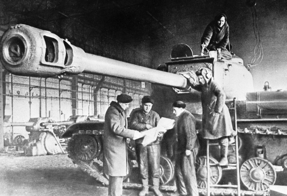Radziecki czołg ciężki z okresu II wojny światowej IS