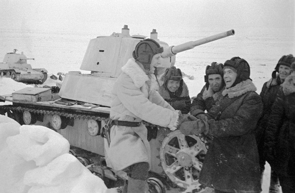 Żołnierze przy czołgu T-26