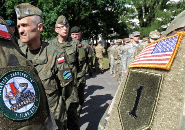 Polscy i amerykańscy wojskowi w czasie ćwiczeń w Polsce