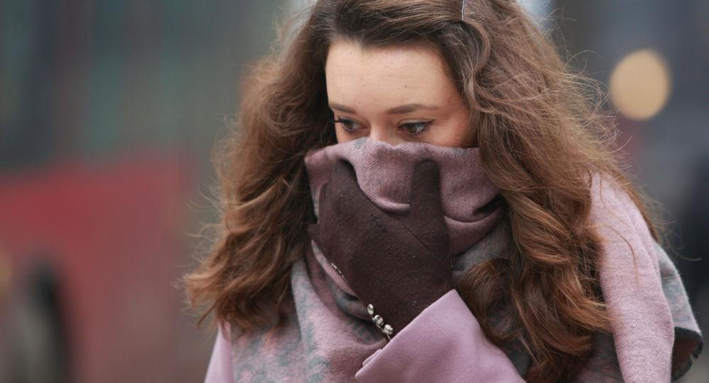 Dziewczyna zakrywa twarz w czasie smogu