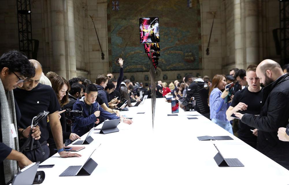 Odwiedzający testują nowy iPad Pro w Nowym Jorku