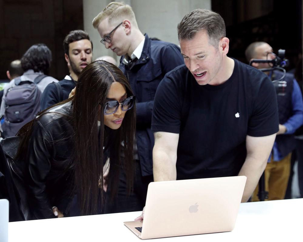 Modelka Naomi Campbell testuje nowy Macbook Air podczas prezentacji Apple w Nowym Jorku