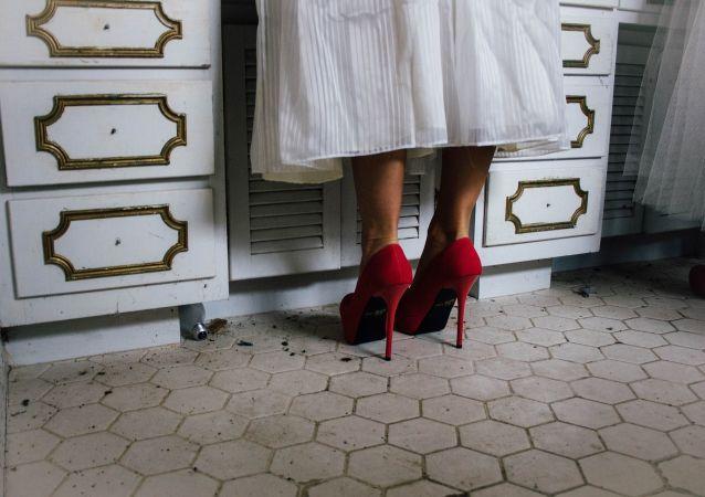 Dziewczyna w butach na obcasie