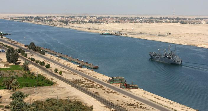 Egipski statek patrolowy w Kanale Sueskim