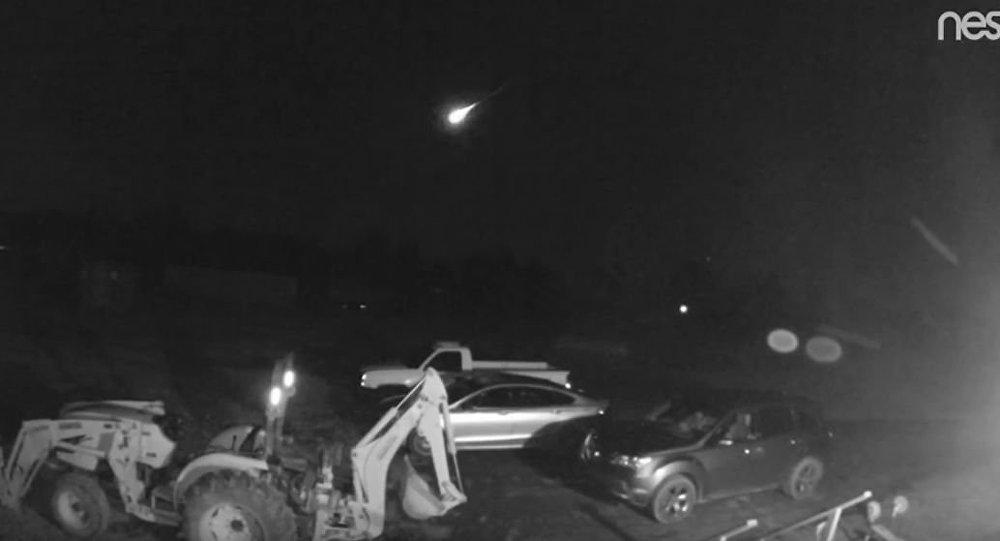 Mieszkańcom amerykańskiego stanu Arkansas udało się uwiecznić na nagraniu przelatujący jasny meteor.