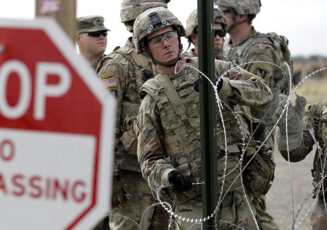 Amerykańscy żołnierze stawiają ogrodzenie z drutu kolczastego wokół amerykańsko-meksykańskiej granicy w Teksasie