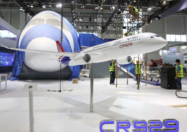 Model wspólnego chińsko-rosyjskiego samolotu CR-929 na Międzynarodowym Pokazie Lotniczym w Chinach