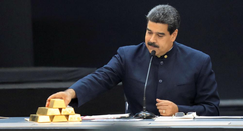 Wenezuelski prezydent Nicolas Maduro ze sztabkami złota