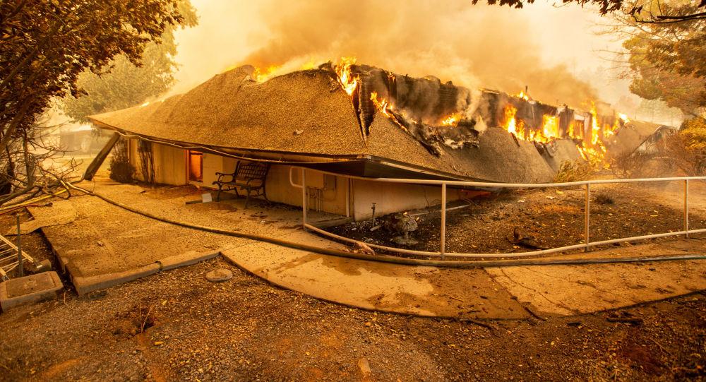 Szpital The Feather River ogarnięty płomieniami w amerykańskim mieście Paradise w Kalifornii, które zostało całkowicie zniszczone przez pożary lasów
