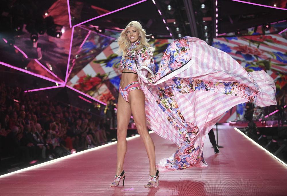 Modelka Devon Windsorna pokazie Victoria's Secret w Nowym Jorku