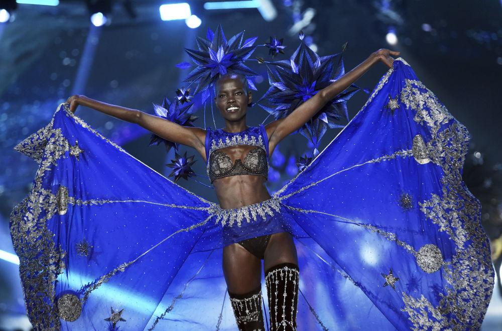 Modelka Grace Bol na pokazie Victoria's Secret w Nowym Jorku