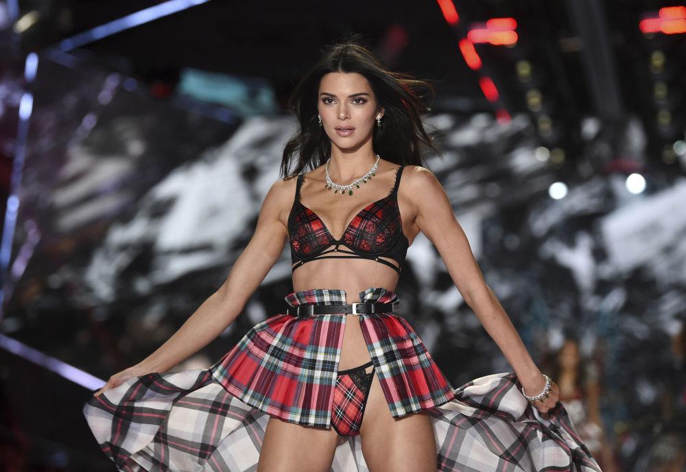 Modelka Kendall Jenner na pokazie Victoria's Secret w Nowym Jorku