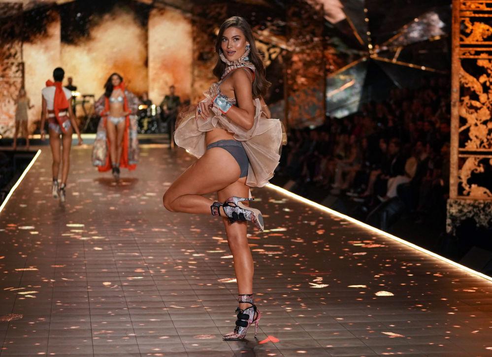 Modelka Lorena Rae na pokazie Victoria's Secret w Nowym Jorku