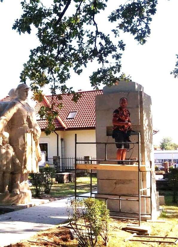 Remont pomników na cmentarzu w Radomiu