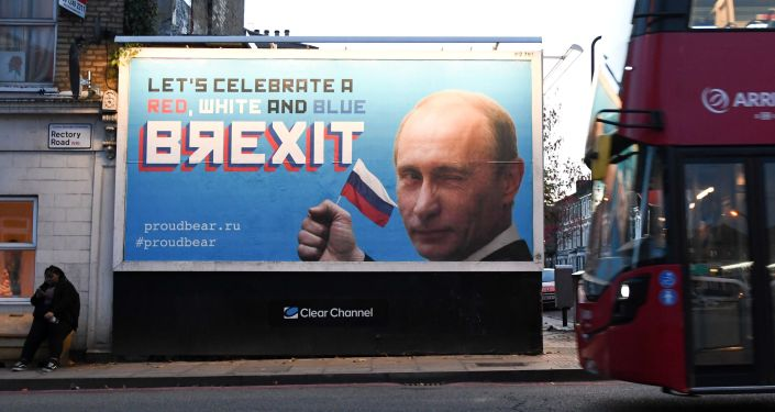 Plakaty ze zdjęciem Władimira Putina i sloganem BЯEXIT