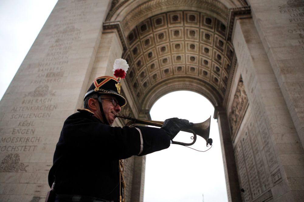 Pod paryskim Łukiem Triumfalnym przed rozpoczęciem uroczystości z okazji 100. rocznicy zakończenia I wojny światowej