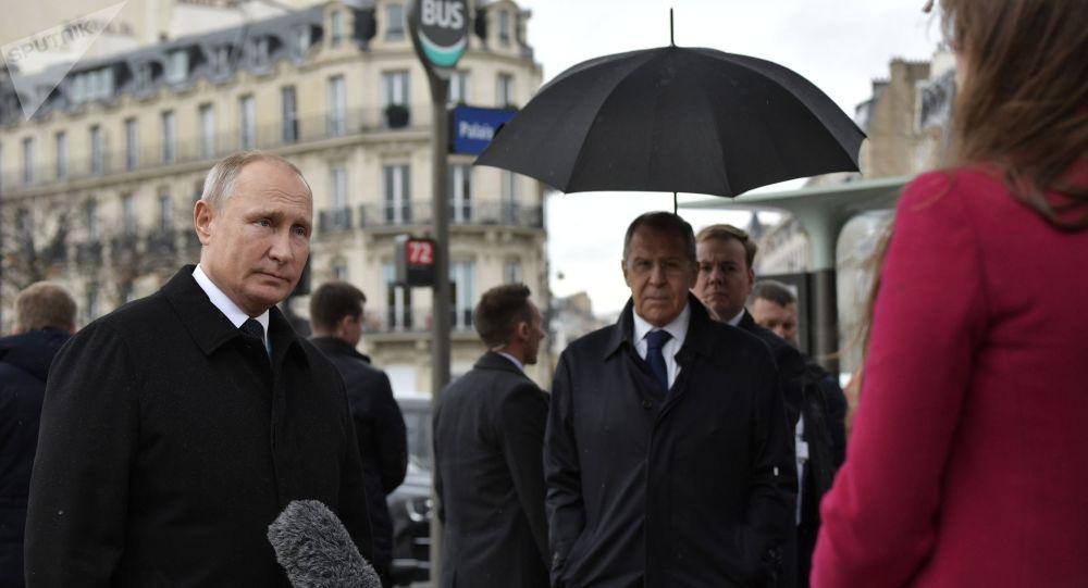 Prezydent Rosji Władimir Putin odpowiada na pytania dziennikarzy po ceremonii złożenia kwiatów pod pomnikiem żołnierzy Rosyjskiego Korpusu Ekspedycyjnego, który walczył we Francji podczas I wojny światowej
