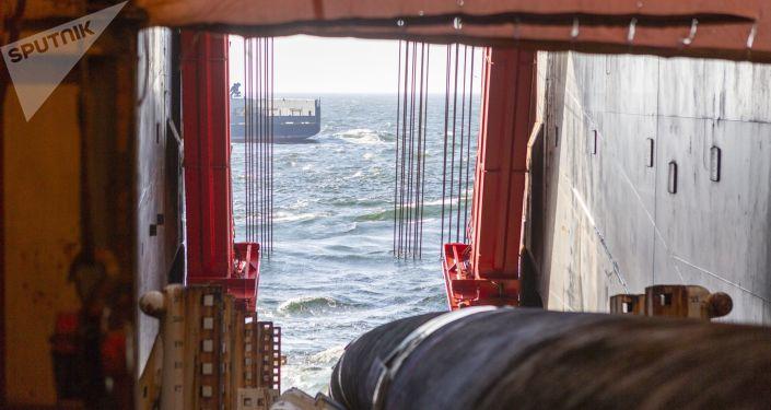 Przygotowanie rur na pokładzie statku Solitaire i układanie gazociągu Nord Stream 2 w Zatoce Fińskiej