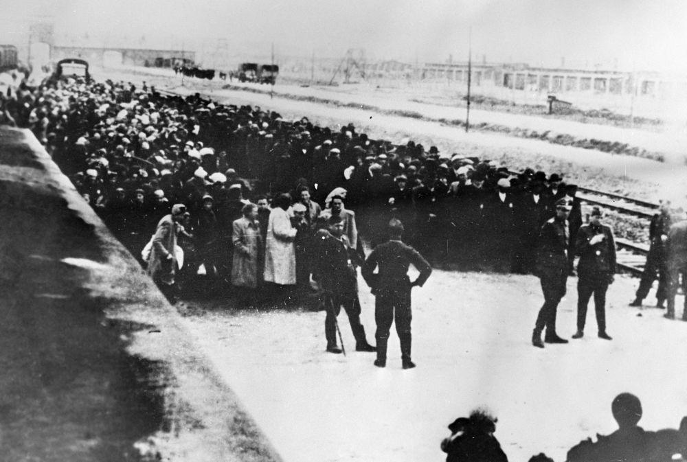 Pierwsi więźniowie w obozie koncentracyjnym Auschwitz