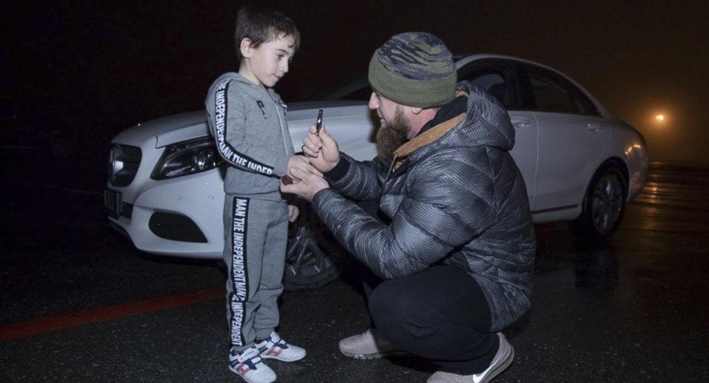 Ramzan Kadyrow wręcza białego Mercedesa Rachimowi Kurijewowi