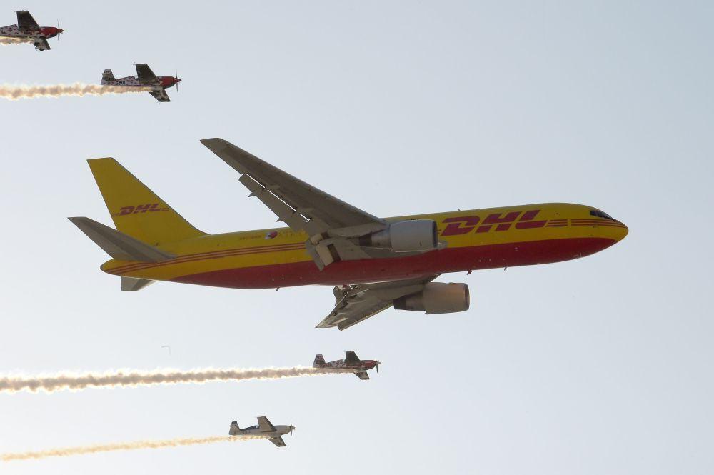 Samolot do transportu ładunków firmy DHL Boeing 767 wykonuje manewry w powietrzu na Międzynarodowym Pokazie Lotniczym w Bahrajnie