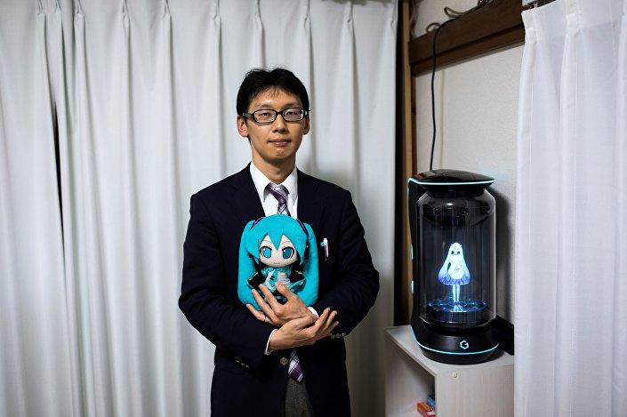 Trzydziestopięcioletni szkolny administrator Akihiko Kondo z Japonii, hologram i lalka przedstawiająca jego żonę - wirtualną piosenkarkę Hatsune Miku