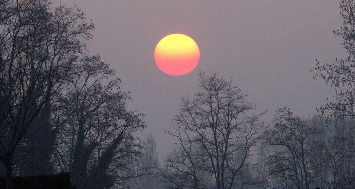 Słońce widoczne przez mgłę i smog
