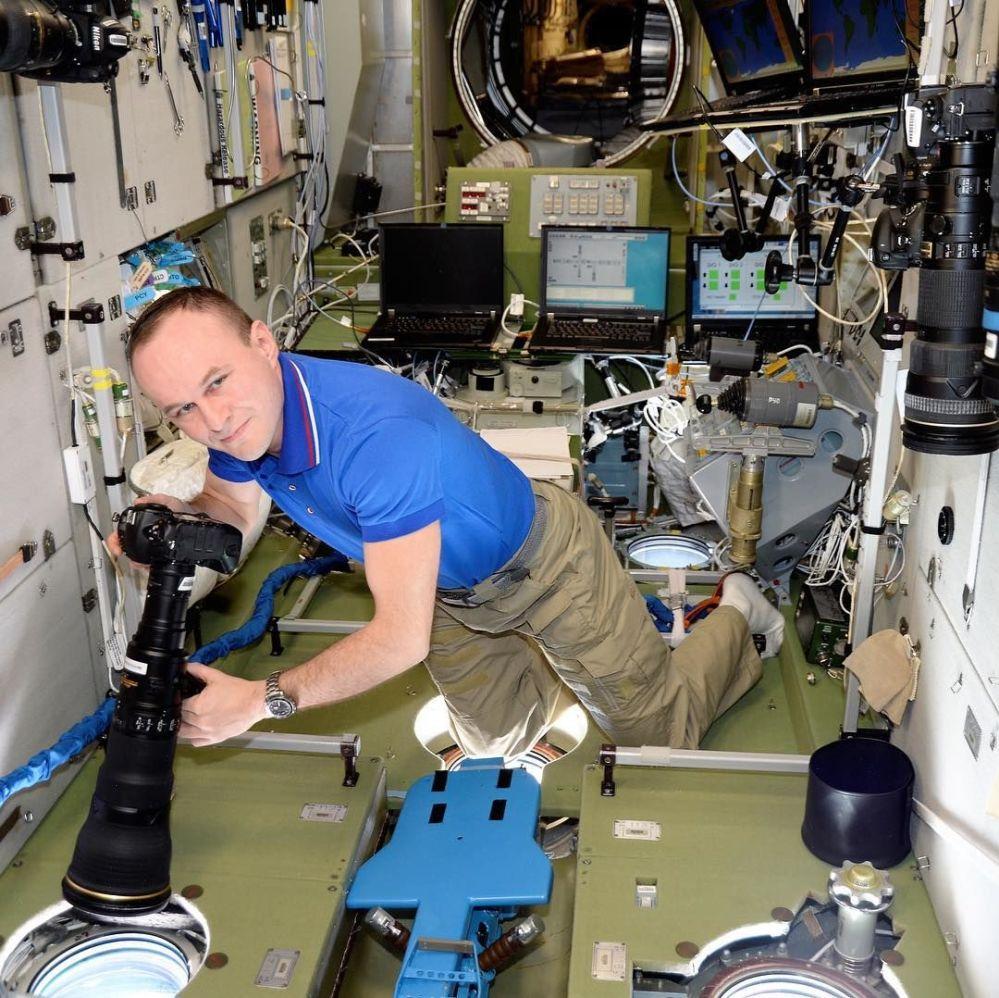 Rosyjski kosmonauta Siergiej Riazanskij robi zdjęcia